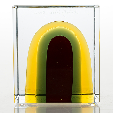 Oiva toikka, an annual cube, glass, signed oiva toikka nuutajärvi 2006, numbered 570/2000.