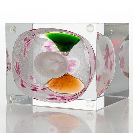 Oiva toikka, an annual glass cube, signed oiva toikka nuutajärvi 2008 and numbered 459/2000.