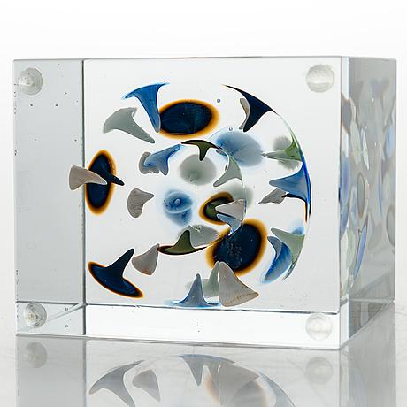 Oiva toikka, an annual glass cube, signed oiva toikka nuutajärvi 2005 and numbered 374/2000.