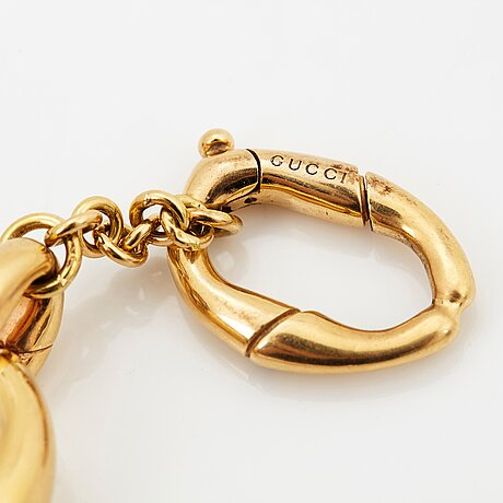 An 18k gold gucci bracelet.