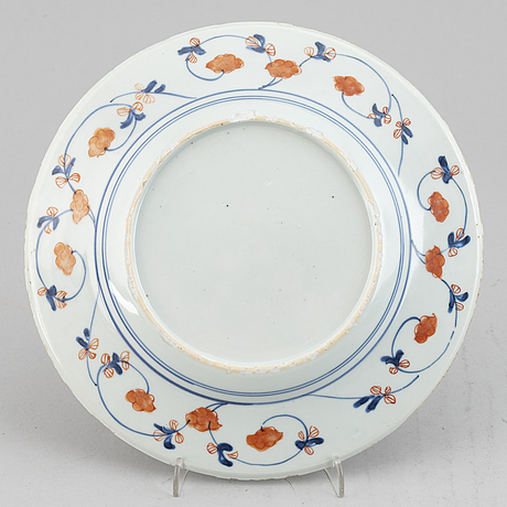 Five blue and white and imari export porcelain plates, qing dynasty, qianlong (1736-95).