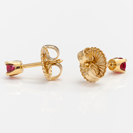 A pair of 18k gold earrings with red spinelles ca. 0.40 ct in total. ofelia jewelry, helsinki.