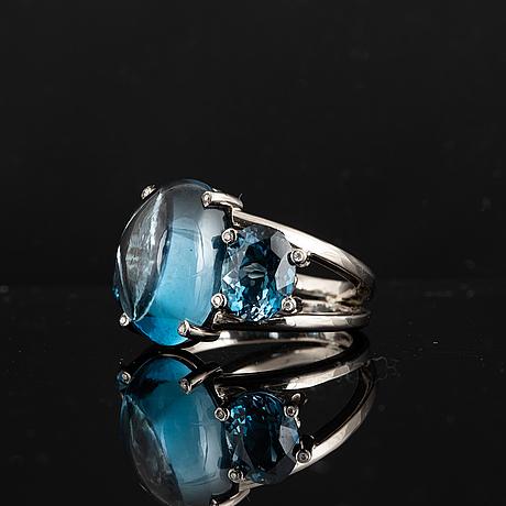 Cocktailring, med blå topaser och briljantslipade diamanter.