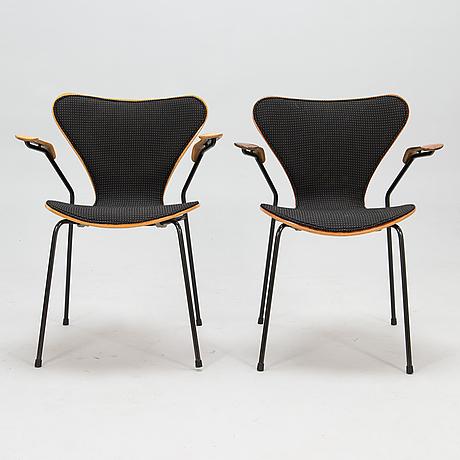 """Arne jacobsen, stolar 2 st, """"sjuan"""", fritz hansen, danmark 1989-1990."""