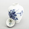 """Urnor med lock, 5 delar, porslin, """"blå blomst"""", royal copenhagen."""