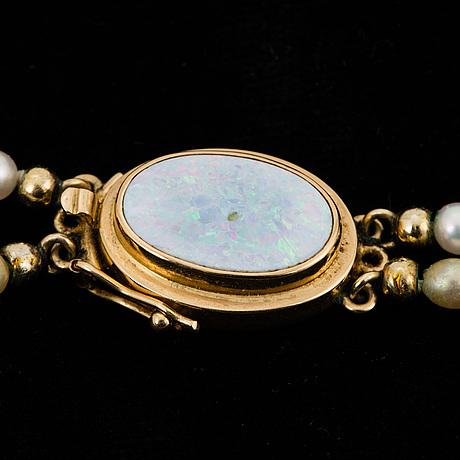 PÄrlcollier, tvåradigt med odlade pärlor, lås opal samt 18k guld.