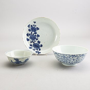 A set of two bowls and one dish 19th/20th century porcelain.