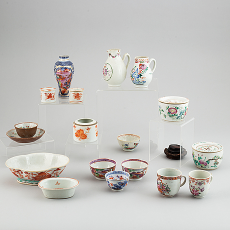 17 blue and white and famille rose porcelain objects, qing dynasty, 18th/19th century.
