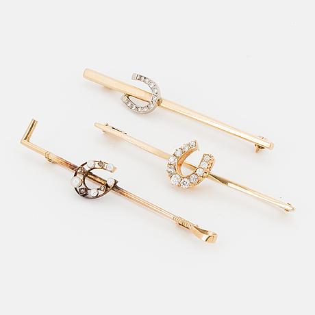 Tre broschnÅlar guld med diamanter och pärlor.