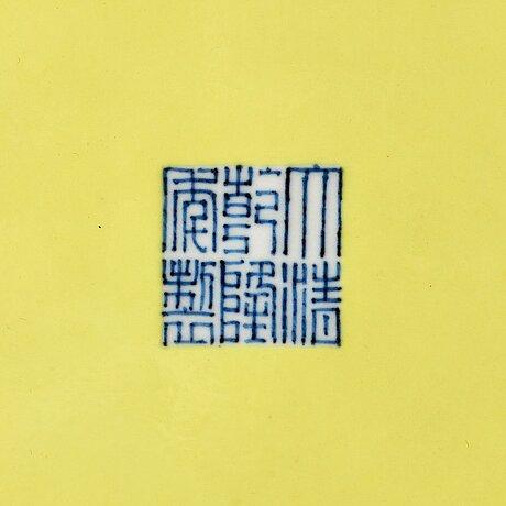 Fat, porslin. qingdynastin med qianlongs märke.