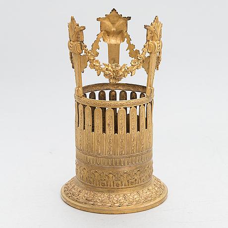 Flaskställ, brännförgylld mässing, louis xvi-stil, frankrike 1800-talets första hälft.