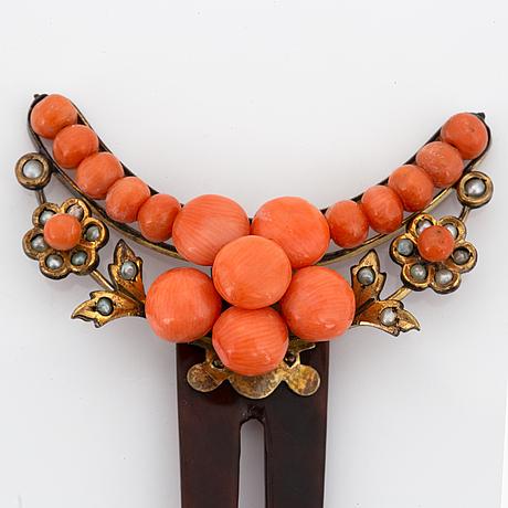 Armband och kam med korall och seedpärlor.