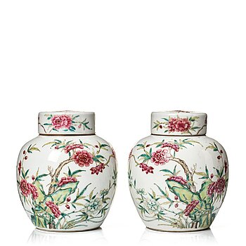 818. A pair of famille rose jars with covers, late Qing dynasty.