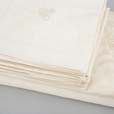 1+1 linen table cloths and 12 linen napkins.