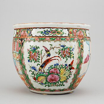 A famille rose canton basin, Qing dynasty, late 19th century.