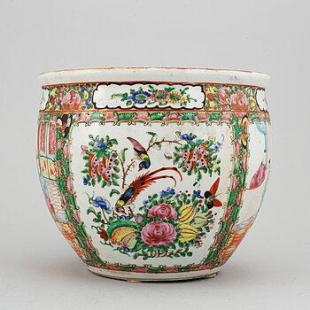 KRUKA, porslin. Qingdynastin, sent 1800-tal.