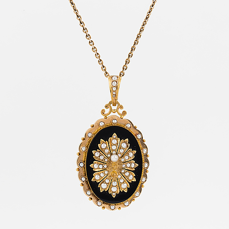 A pendant/locket in 18k gold set with pearls.
