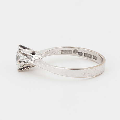 Ring 18k white gold set with a round brilliant-cut diamond 1.01 ct.