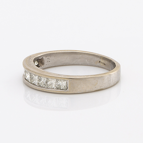 Eternity ring 14k whitegold 9 princess-cut diamonds approx 0,65 ct in total, approx tw (f-g) vs/si, cut good.
