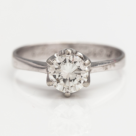 A 14k white gold ring with a ca. 0.98 ct diamond.