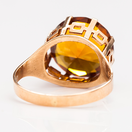 A 14k gold coctail ring with a synthetic sapphire. pendolin raimo tmi, heinola 1977.