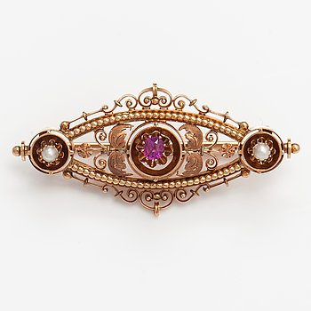 A 14K gold brooch with a ruby and half pearls. 1940's.