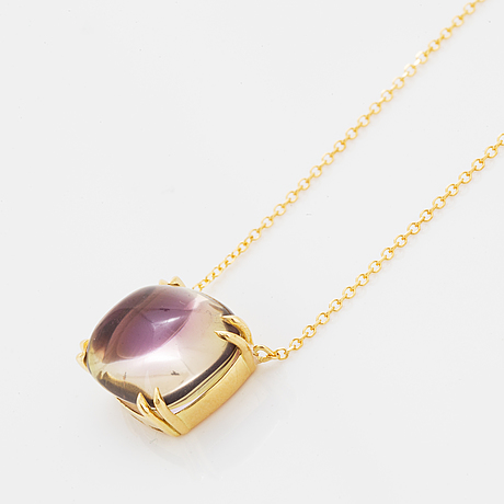 18k yellow gold cabochon-cut amethyst pendant.