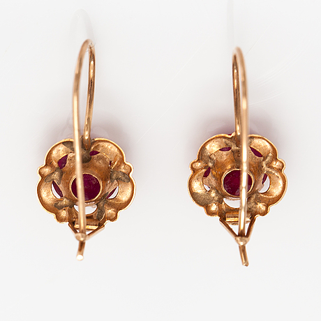 A pair of 14k gold earrings with synthetic spinelles. nummilan koru, turku.