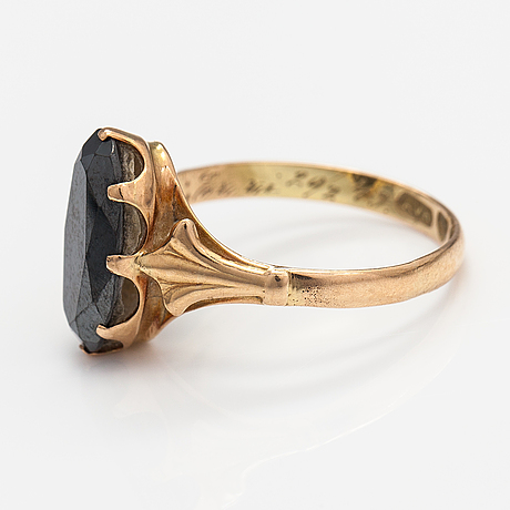 A 14k gold ring with a hematite. lahti 1951.