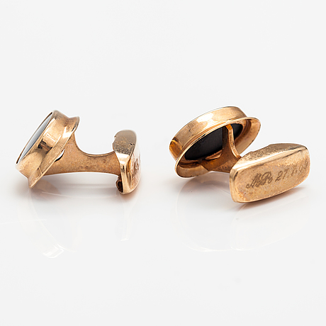 A pair of 14k gold cufflinks with onyxes. martti viikinniemi, heinola 1966.