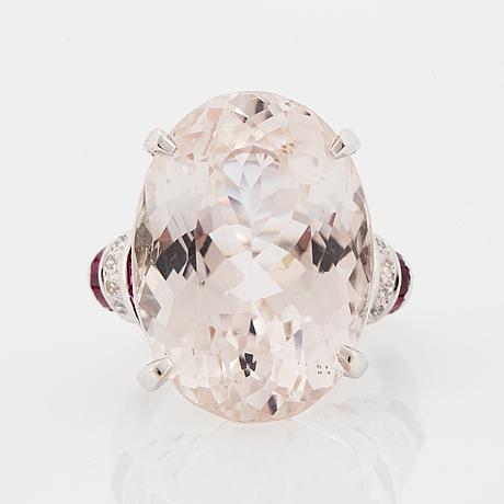 Cocktailring, med stor oval fasettslipad kunzit, rubiner och diamanter.