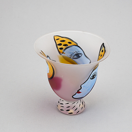 Ulrica hydman-vallien, a glass vase, kosta boda studio edition, signed and numbered 30/125.