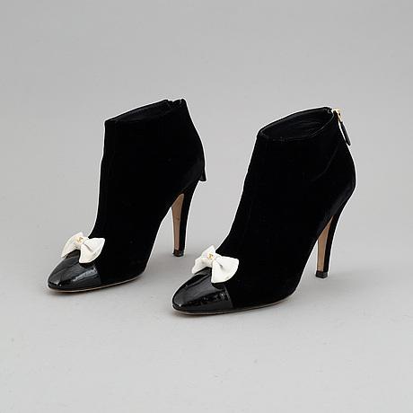 Chanel, a pair of velvet pumps, size 39 1/2 c.