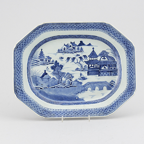 A blue and white serving dish, qing dynasty, jiaqing.