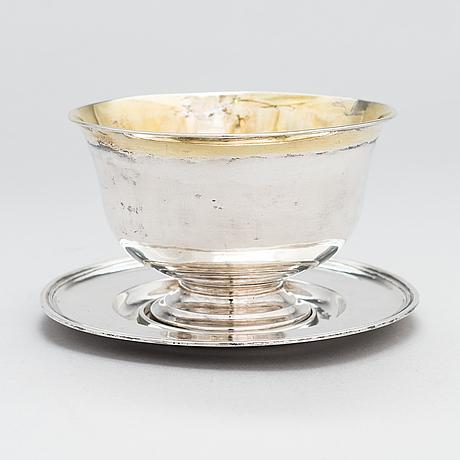 Isaac sandbeck, kastikemalja aluslautasella, hopeaa, tukholma 1819.