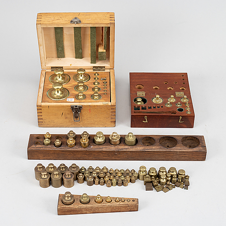 A large collection of ca 120 brass weights, 19th/20th century.
