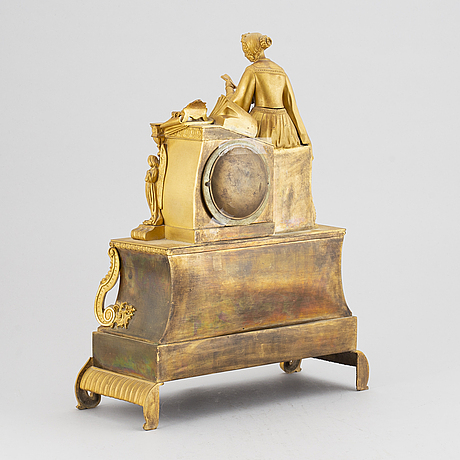 A empire-style mantelclock from the second half of the 19th century.