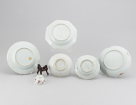 Four porcelain dishes and a cup, qing dynasty, 18th/19th century.