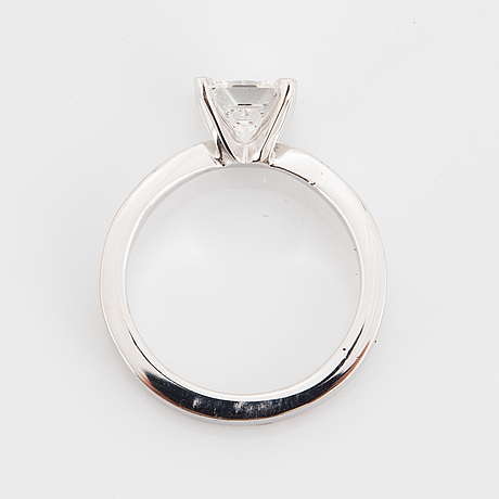 Ring vitguld med princesslipad diamant 0.77 ct med certifikat.