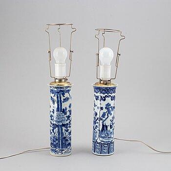VASER, 2 st, omgjorda till BORDSLAMPOR, porslin. Qingdynastin, sent 1800-tal.
