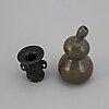Vaser, två stycken, brons samt kalebassformad i porslin. qingdynastin.