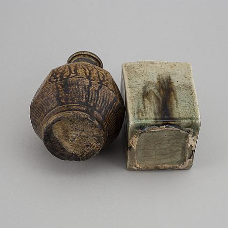 Vaser, två stycken, porslin. sydostasien, 18/1900-tal.