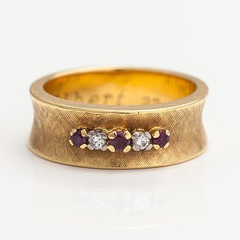 A 17-18K gold ring with rubies and diamonds ca. 0.04 ct in total.