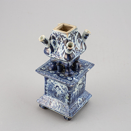 A rare chinese blue and white export tulip vase, qing dynasty, kangxi (1662-1722).