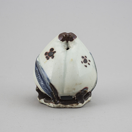 A blue and white and copper red decorated water dropper, 19th/20th century.