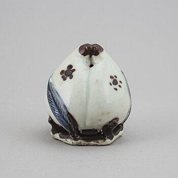 VATTENDROPPARE, porslin. Korea, 1800-/1900-tal.