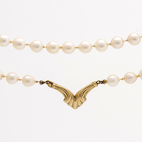 Pearl necklace cultured pearls approx 7 mm, claps 18k gold, approx 52 cm.