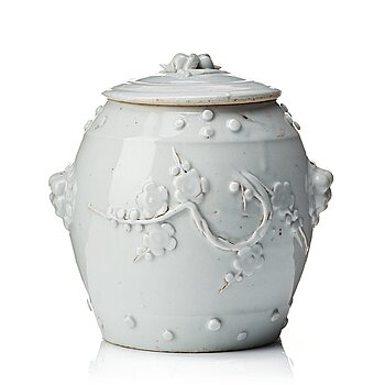 602. A white glazed jar with cover, Qing dynasty, Kangxi (1662-1722).