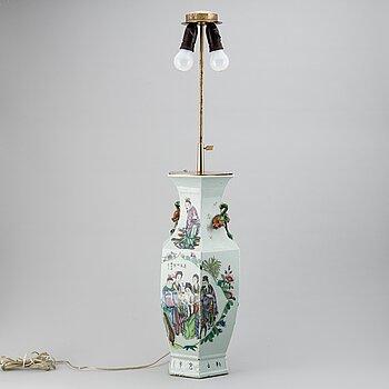 VAS, porslin. Kina, 1900-talets första hälft. Monterad som lampa.