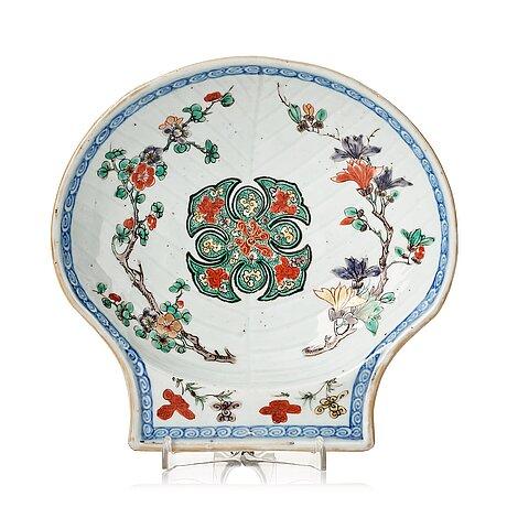 A famille verte shell shaped dish, qing dynasty, kangxi (1662-1722).